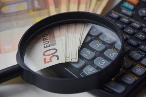 Lupa pokazująca banknoty i kalkurator